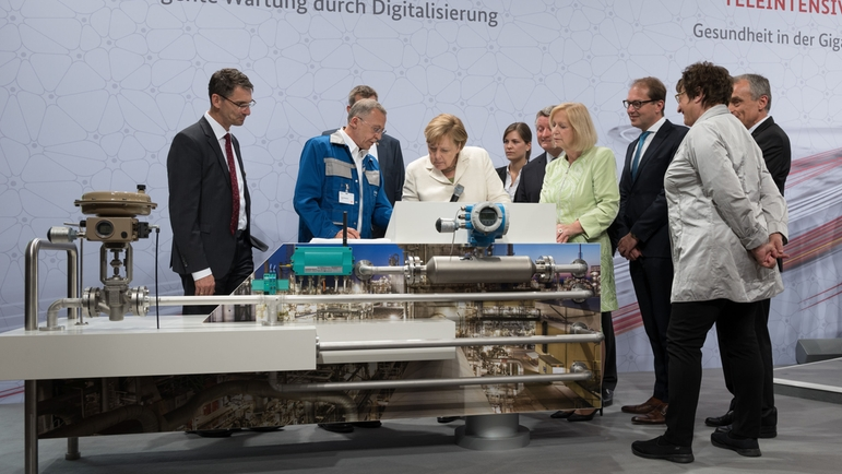 Endress+Hauser presented the opportunities of digitalization to Chancellor Angela Merkel.